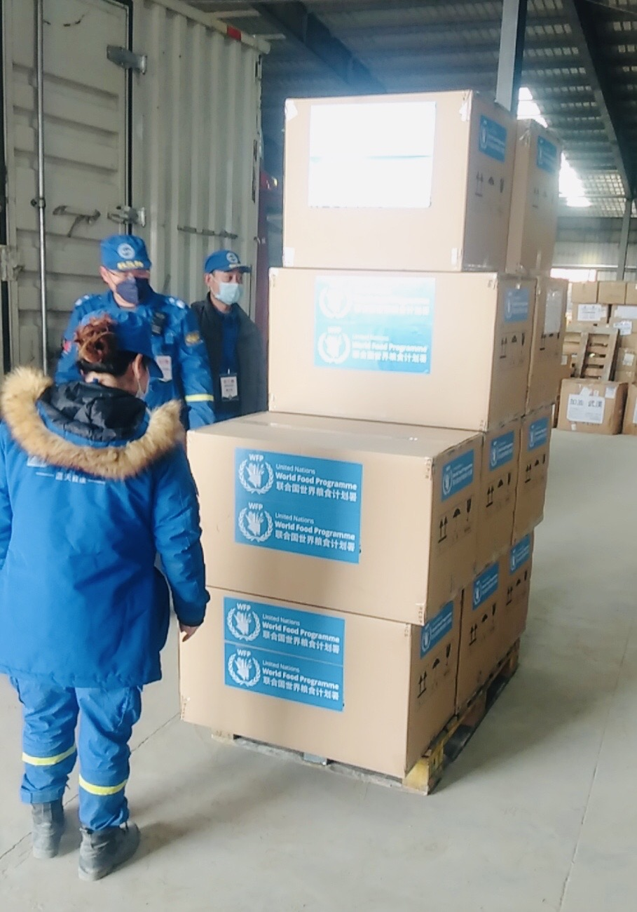 Photo: WFP/ Hong Li, The staff from Hubei Charity Federation received the first batch of 50 non-invasive ventilators.