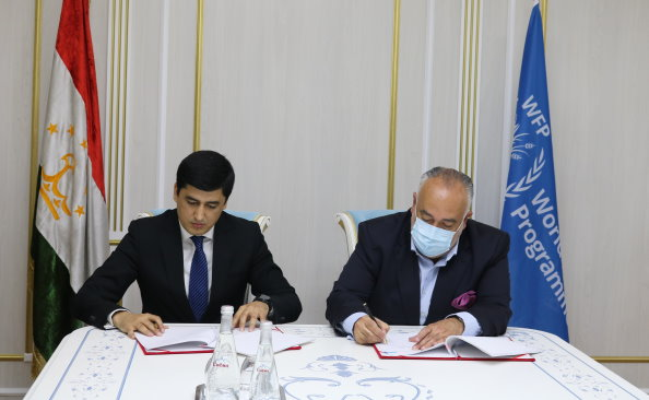 From right: Mr. Shelalizoda Bahodur Ahmadjon – Chairperson of  the Committee for Environmental Protection under the Government of the Republic of Tajikistan From right- WFP Representative and Country Director in Tajikistan Alberto Correia Mendes. Photo: WFP/ Photogallery
