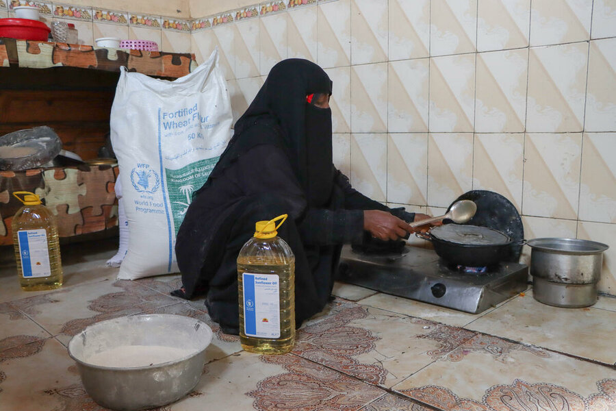 Cooking with food distributed at the WFP point in Zinjibar