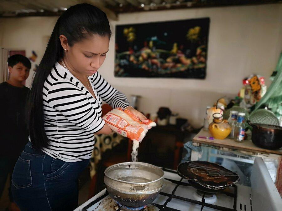 Edwymar cooks some rice for Kim