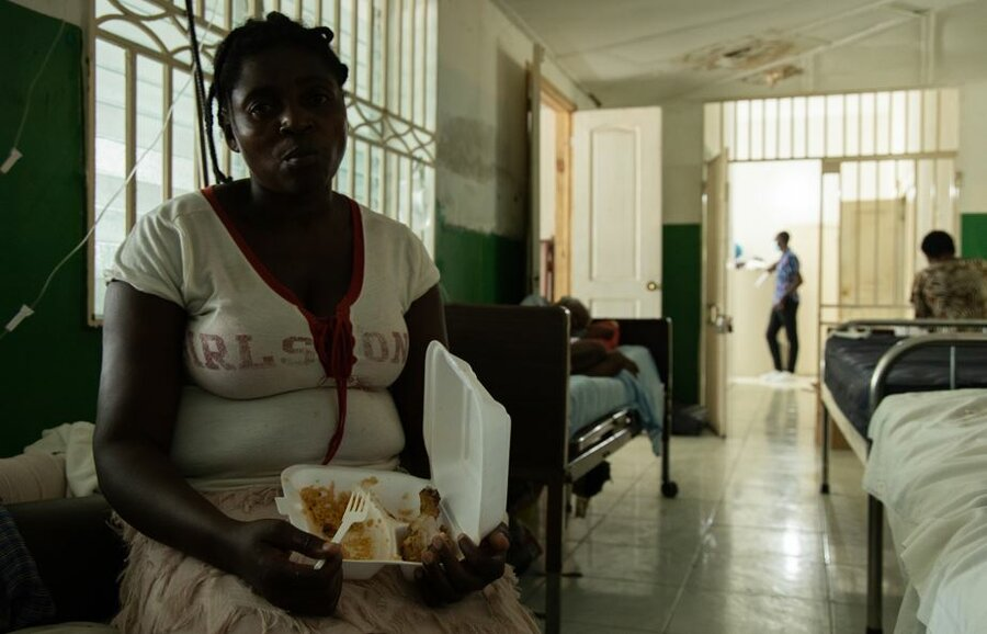 Woman affected by earthquake eating WFP hotmeal at hospital in Les Cayes