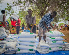 Photo: WFP/Paul Mboshya Jr, beneficiaries receiving relief maize meal and pulses of beans at a distribution point in Gwembe