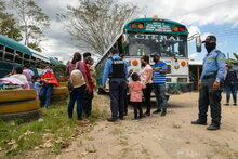 Photo: WFP/Julian Frank, close to the Corinto border with Guatemala, police stop buses carrying migrants to check documentation and COVID-19 test results.