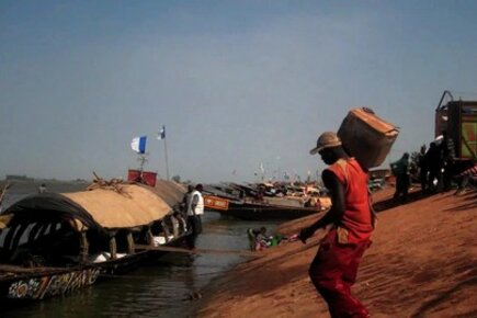 Mali: Boats Take Food To Families Fleeing Fighting