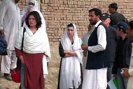Pakistan Pop Duo Visits Flood Victims